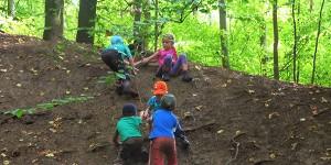 Kinder erklettern Hügel.